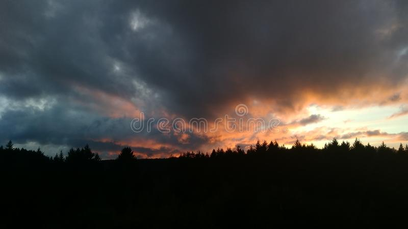 Zmierzch na chmury obrazy royalty free
