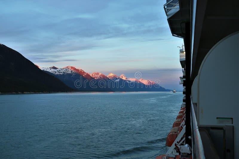Zmierzch na górach widzieć od statku wycieczkowego w Alaska obrazy royalty free