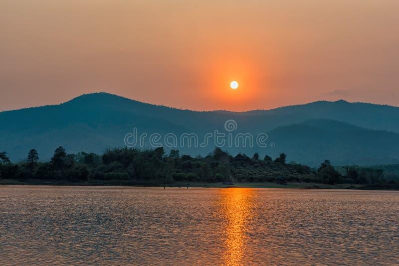 Zmierzch na halnym jeziorze w Chiang Raja, północ Tajlandia obrazy stock