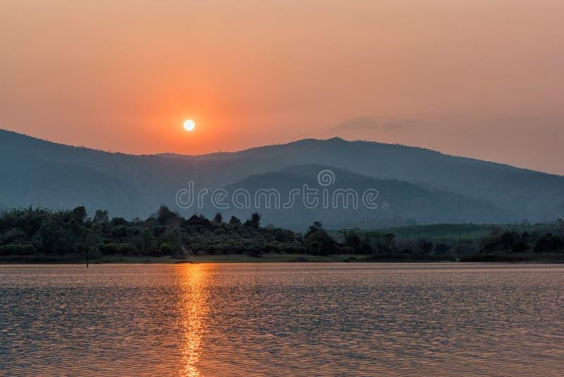 Zmierzch na halnym jeziorze w Chiang Raja, północ Tajlandia fotografia stock
