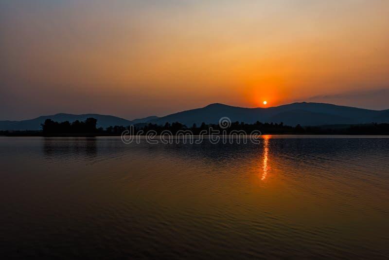 Zmierzch na halnym jeziorze w Chiang Raja, północ Tajlandia fotografia royalty free