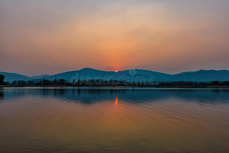 Zmierzch na halnym jeziorze w Chiang Raja, północ Tajlandia zdjęcie stock