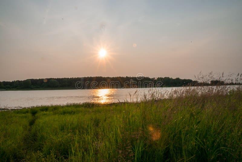 Zmierzch na jeziorze w lecie obrazy stock