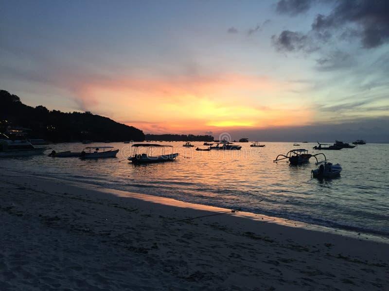 Zmierzch na Jungtu Batu zatoce na Nusa Lembongan obraz royalty free