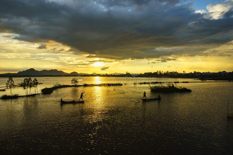 Zmierzch na kultywującym polu z rybakami łapie ryba rzucać gniazdeczko w Giang, południe Wietnam obraz stock
