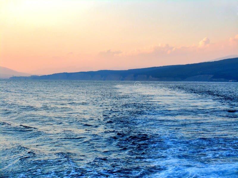 Zmierzch na morzu z słoneczną ścieżką obraz royalty free