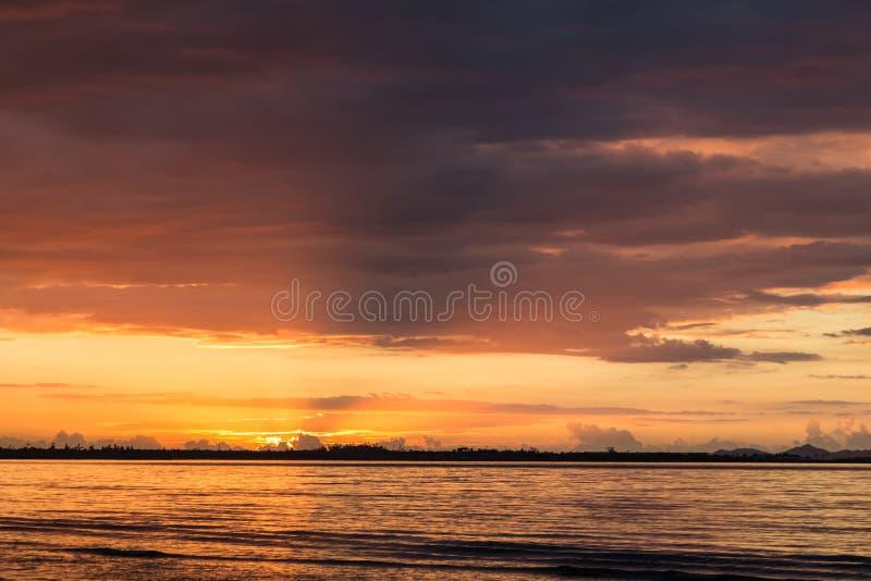 Zmierzch na ocean plaży zdjęcie stock