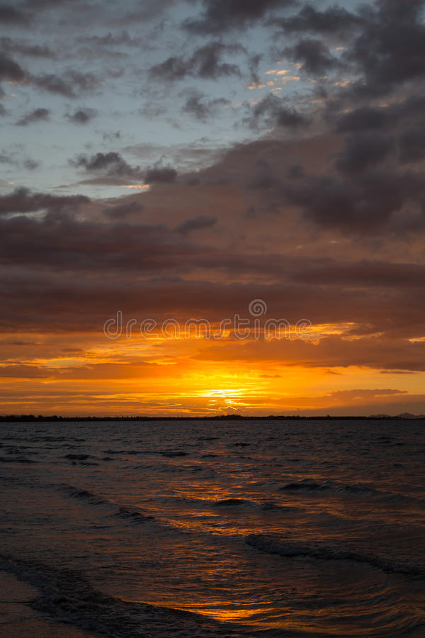 Zmierzch na ocean plaży fotografia stock