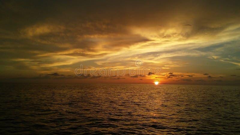 Zmierzch na oceanie zdjęcia stock