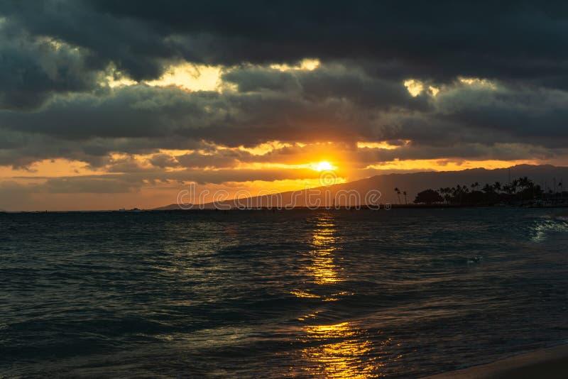 Zmierzch na oceanie w Waikiki, Oahu, Hawaje obraz royalty free