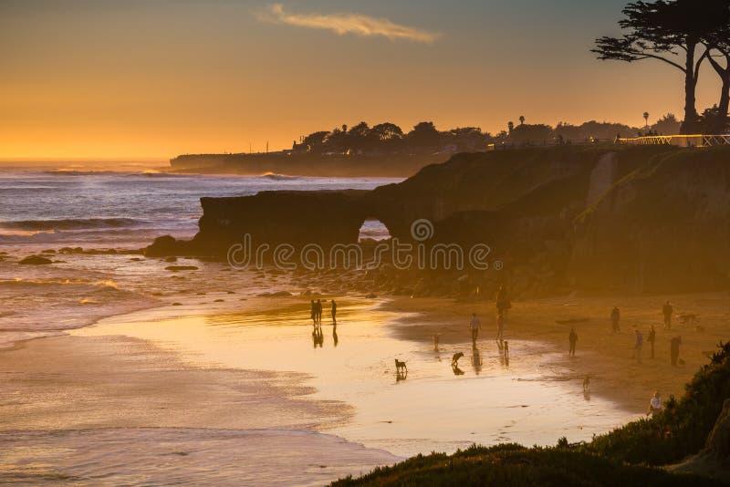 Zmierzch na Pacyficznego oceanu linii brzegowej, Santa Cruz, Kalifornia zdjęcie stock
