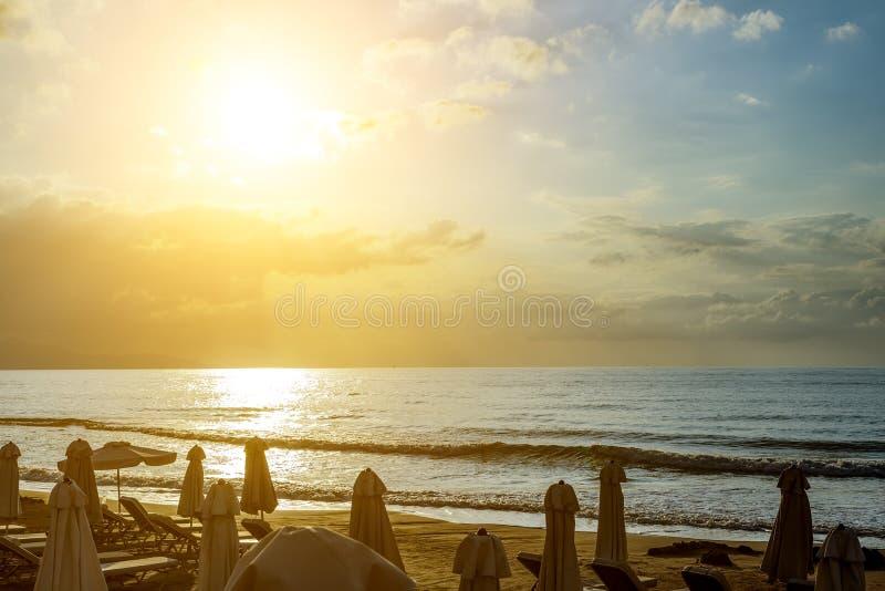 Zmierzch na plaży, nabrzeżnej kawiarni lub tawernie, Grecja, Crete Chmurny niebo, falisty morze, piaska krajobraz Podr??y miejsc  zdjęcie stock