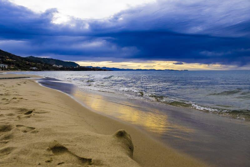 Zmierzch na plaży na Tyrrhenian morzu, morze śródziemnomorskie - Cefalu, Sicily, Włochy fotografia stock