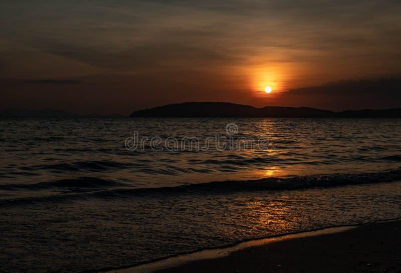 Zmierzch na plaży w Krabi zdjęcie stock
