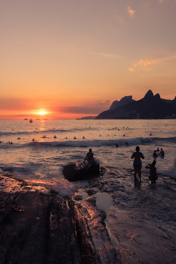 Zmierzch na plaży w Rio De Janeiro zdjęcie stock