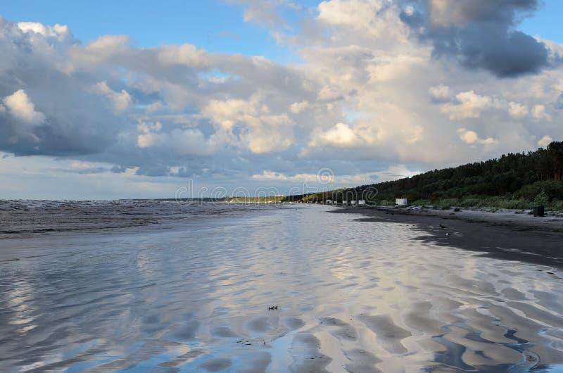 Zmierzch na pla?y z chmurnym niebem, morze ba?tyckie, Jurmala, Latvia zdjęcie stock
