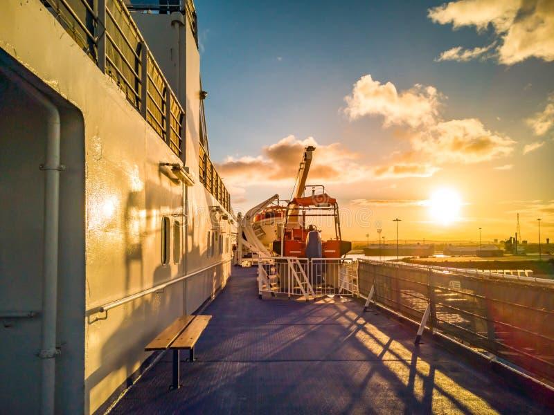 Zmierzch na pokładzie ogromny statku wycieczkowego naczynie obrazy stock