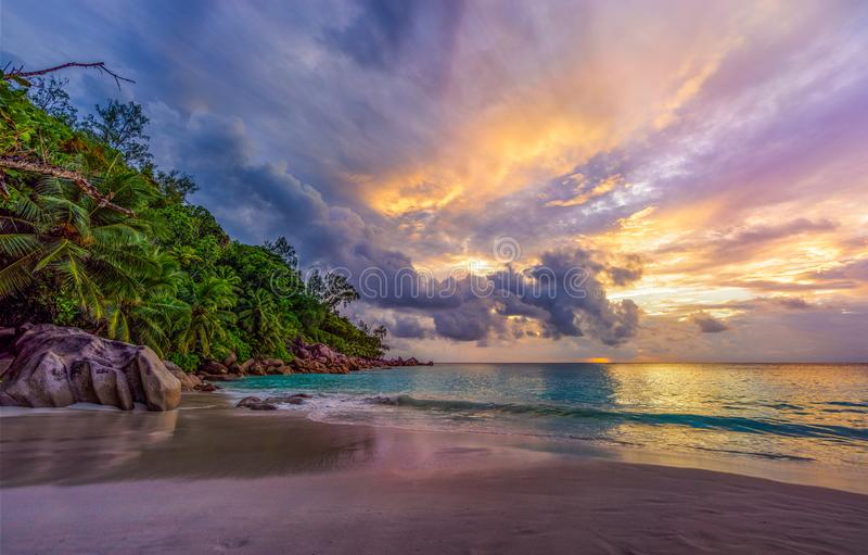 Zmierzch na raj plaży przy anse georgette, praslin, Seychelles 11 fotografia royalty free