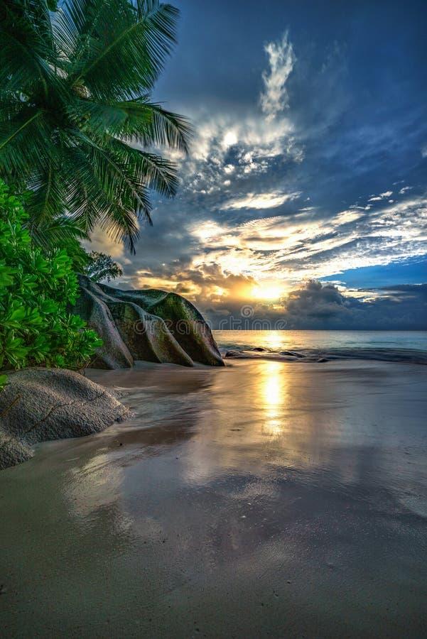 Zmierzch na raj plaży przy anse georgette, praslin, Seychelles 2 obraz royalty free