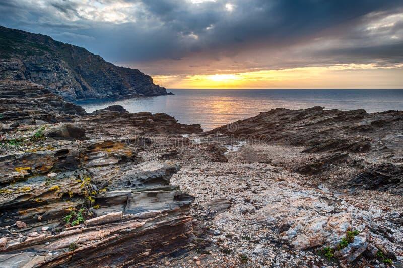 Zmierzch na sardinian wybrzeżu w zimie zdjęcia royalty free