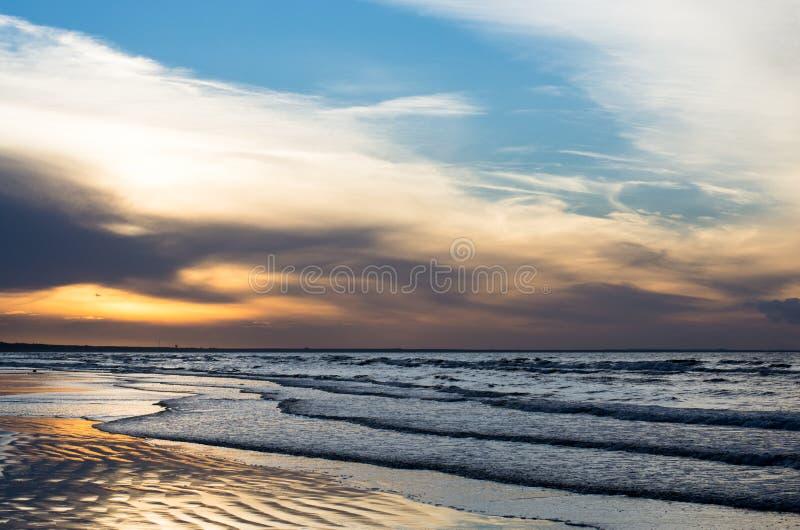 Zmierzch na seashore przy latem zdjęcia stock