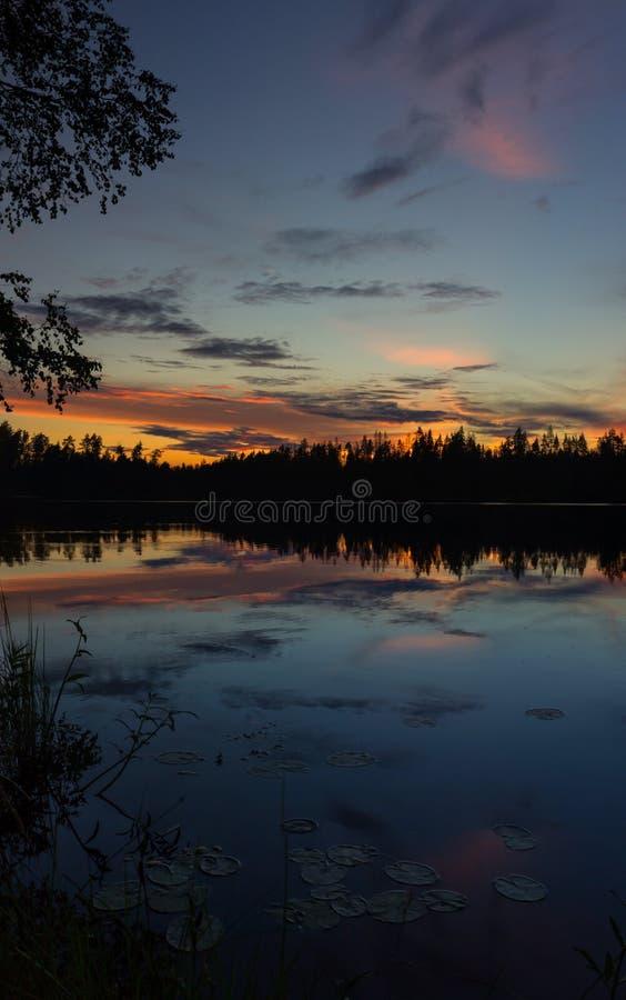Zmierzch na Vetrenno jeziorze Karelian cieśń, Leningrad oblast, Rosja fotografia stock