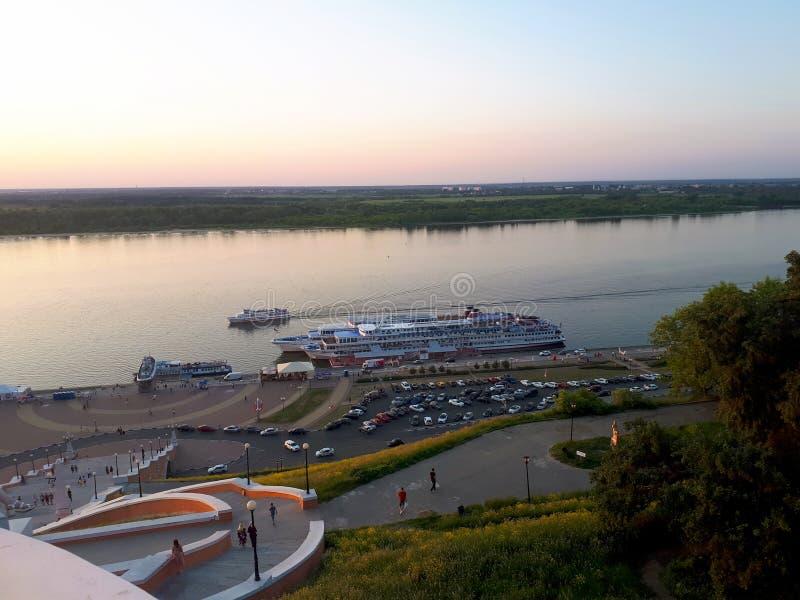 Zmierzch na Volga rzece w Nizhny Novgorod z statkiem na rzece zdjęcia stock