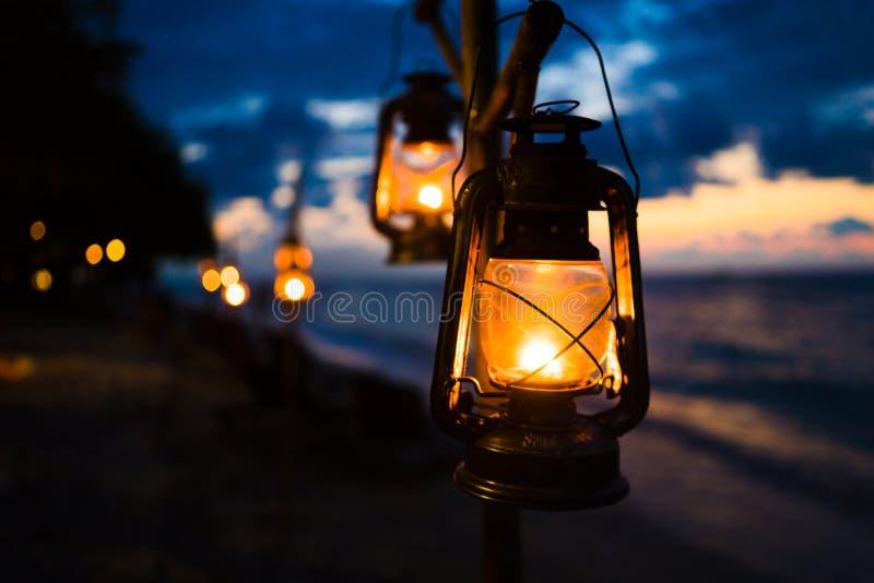 Zmierzch na wyspy plaży z lampionami obraz stock
