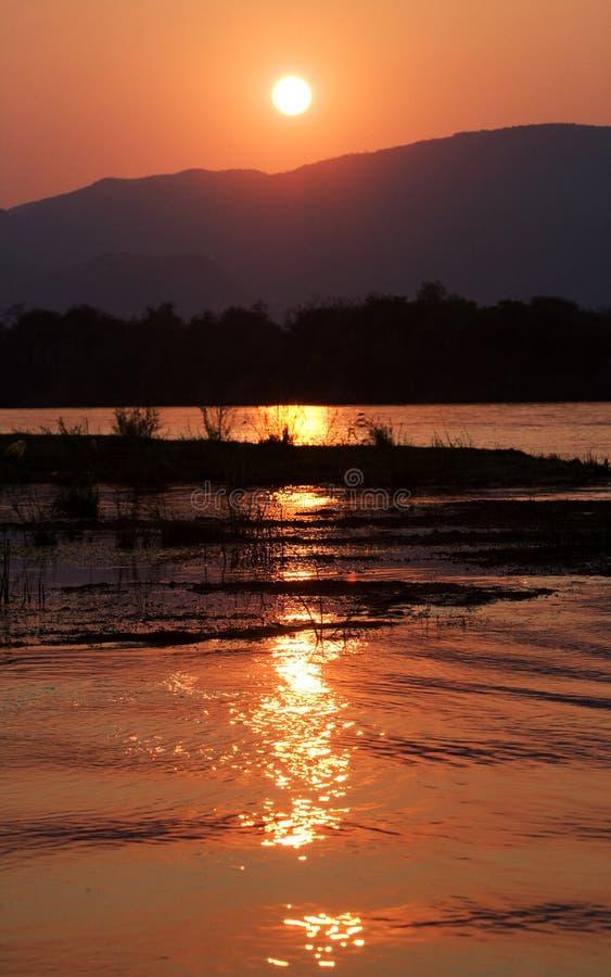 Zmierzch na Zambezi rzece africa Granica zambiowie i Zimbabwe zdjęcie stock
