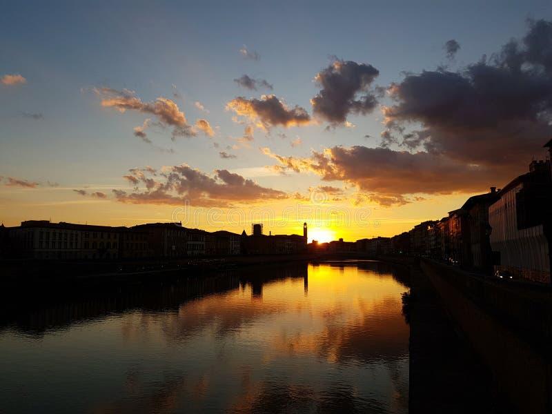 Zmierzch nad Arno rzeka w Pisa, Włochy obrazy royalty free