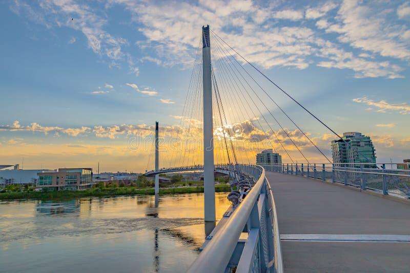 Zmierzch nad Bob Kerrey zwyczajnym mostem przy Omaha Nebraska nadbrzeże rzeki obrazy royalty free