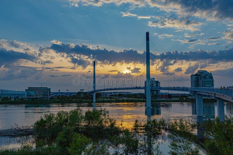 Zmierzch nad Bob Kerrey zwyczajnym mostem przy Omaha Nebraska nadbrzeże rzeki obraz stock