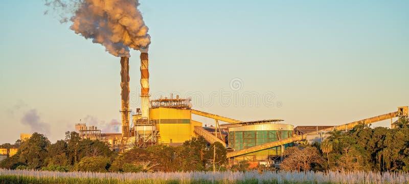 Zmierzch Nad Cukrowego młynu rafinerią Podczas miażdżenie sezonu obrazy royalty free