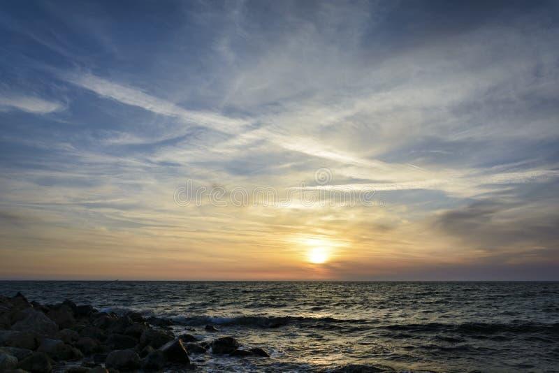 Zmierzch nad czarnym morza, dramatycznego i wibrującego niebem, obrazy royalty free