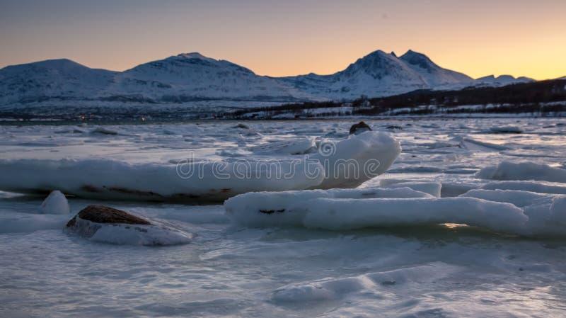 Zmierzch nad dużym lodowym floe obrazy stock