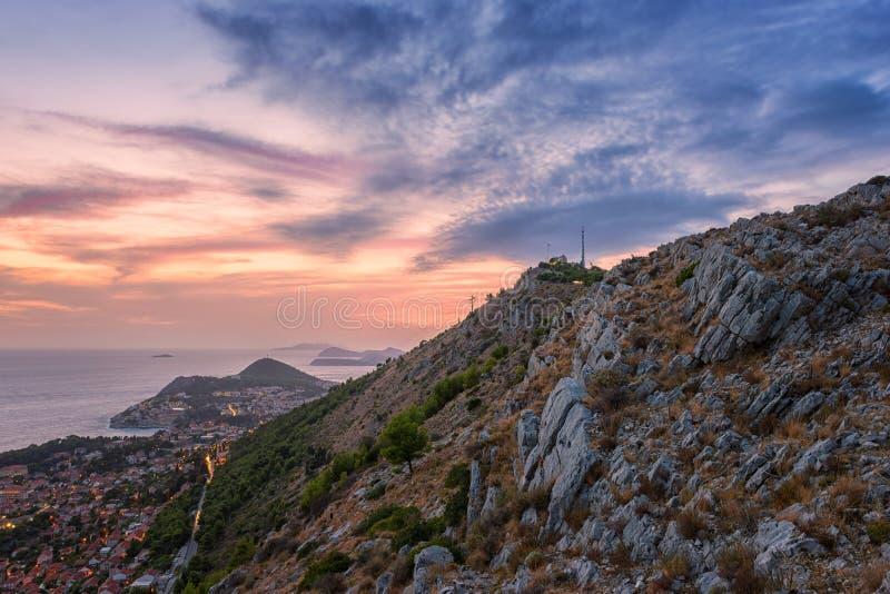 Zmierzch nad Dubrovnik w Chorwacja, odgórny widok od góry Srd, piękny iluminujący pejzaż miejski obraz stock