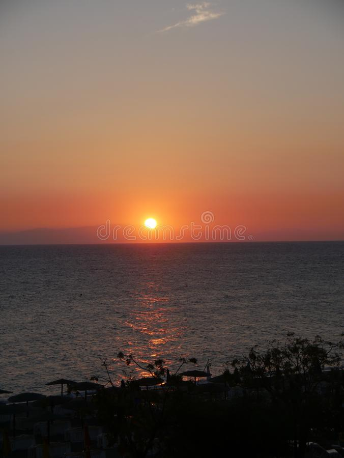 Zmierzch nad Ellie plażą która jest pobliskim plażą Rhodes miasteczko i jest popularna z podobnie miejscowymi i turystami obraz stock