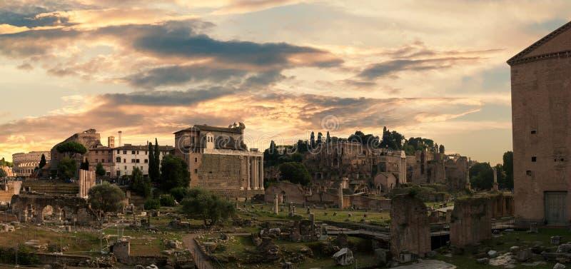 Zmierzch nad Fori Imperiali ruinami antycznym rzymskim rynkiem i forum, Rzym, Włochy obrazy stock