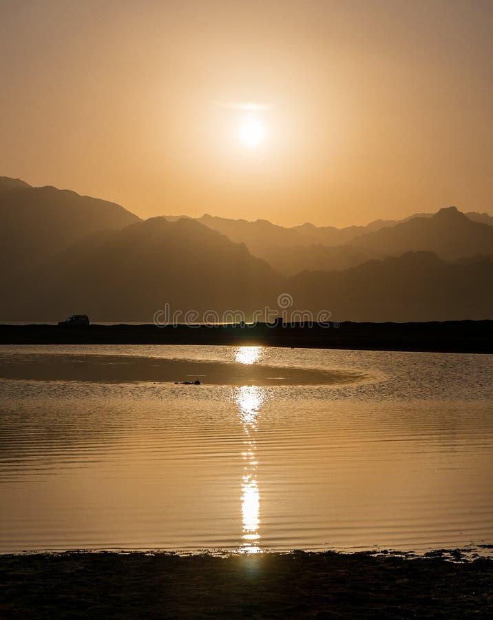 Zmierzch nad górami i laguną w południowym Synaj, Dahab obraz stock