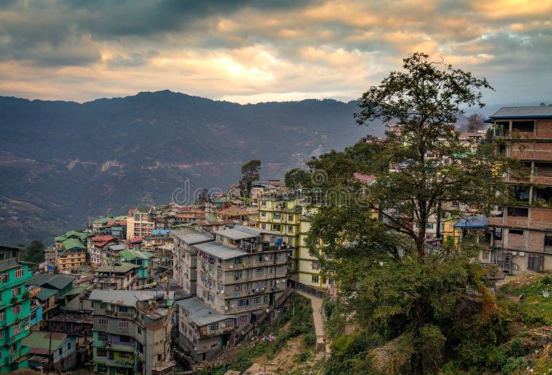 Zmierzch nad himalajskim miastem Gangtok, Sikkim, India fotografia stock