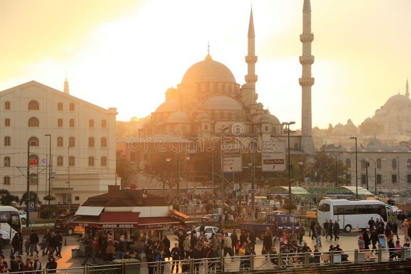 Zmierzch nad Istanbuł tłoczył się kwadrat blisko portu morskiego z widokiem na meczetach obrazy royalty free