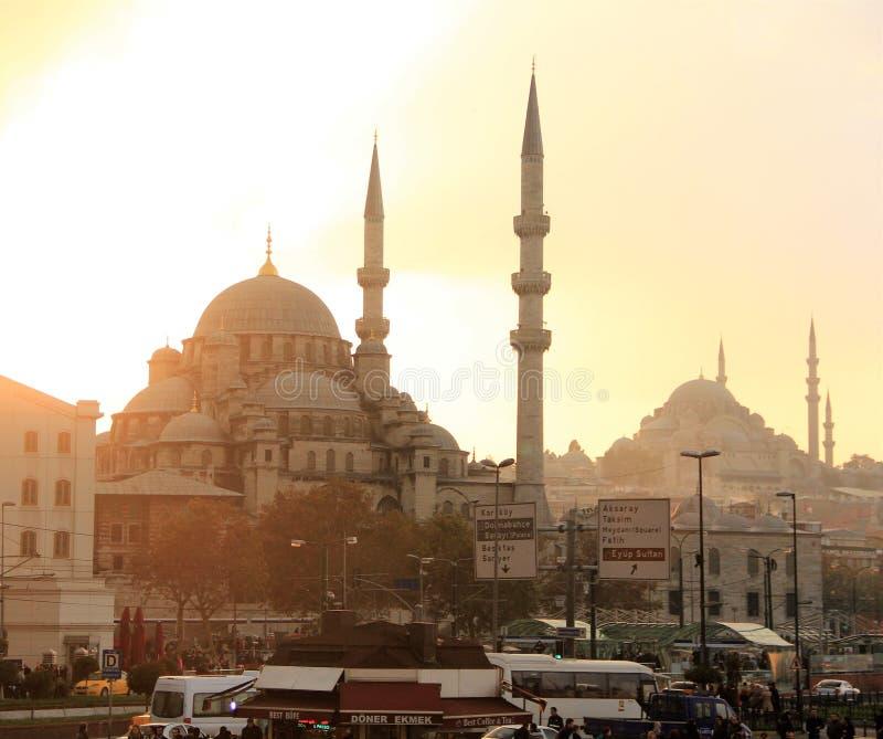 Zmierzch nad Istanbuł tłoczył się kwadrat blisko portu morskiego z widokiem na meczetach zdjęcia stock