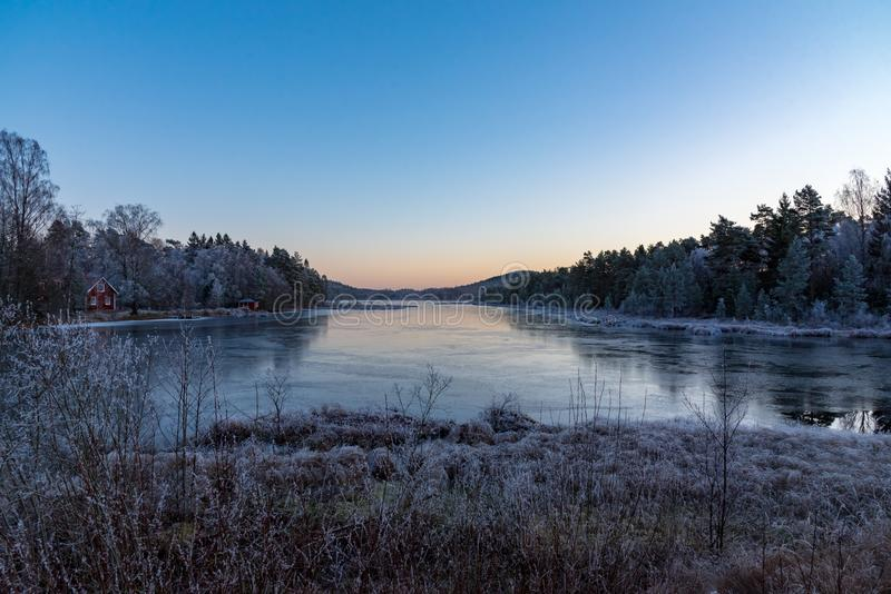 Zmierzch nad jeziorem w Sweden Listopad 2018 troszkę obraz stock