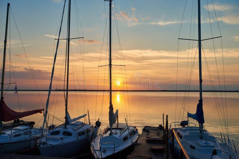 Zmierzch nad jeziorem w tle jachty obraz royalty free