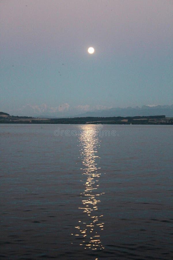 Zmierzch nad Jeziornym Neuchatel, Szwajcaria obraz stock