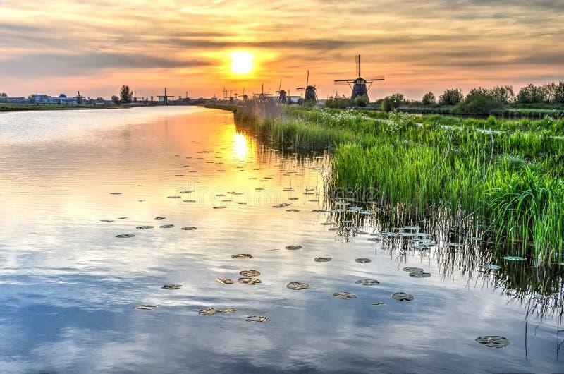 Zmierzch nad kanałem w Kinderdijk obraz royalty free