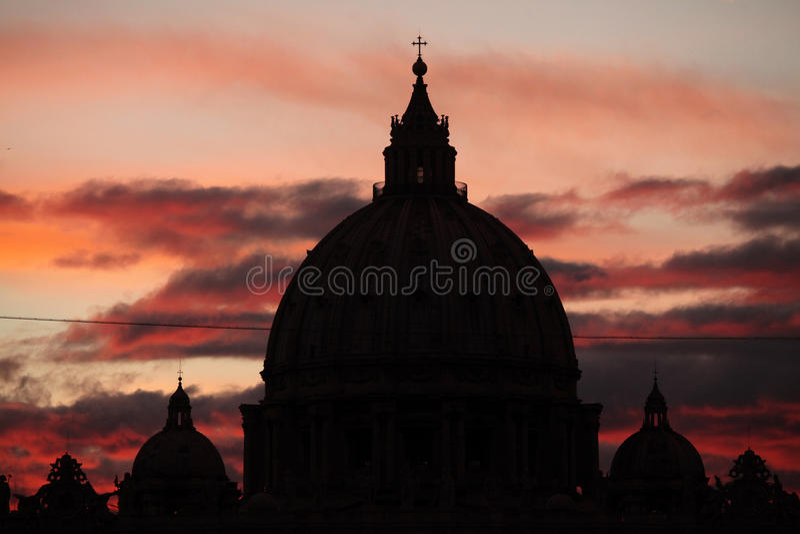 Zmierzch nad kopułą świętego Peter bazylika w watykanie ja zdjęcia royalty free