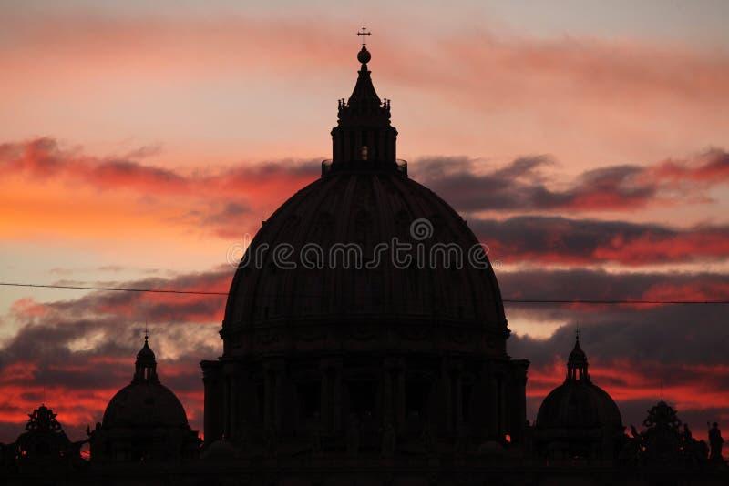 Zmierzch nad kopułą świętego Peter bazylika w watykanie ja fotografia stock