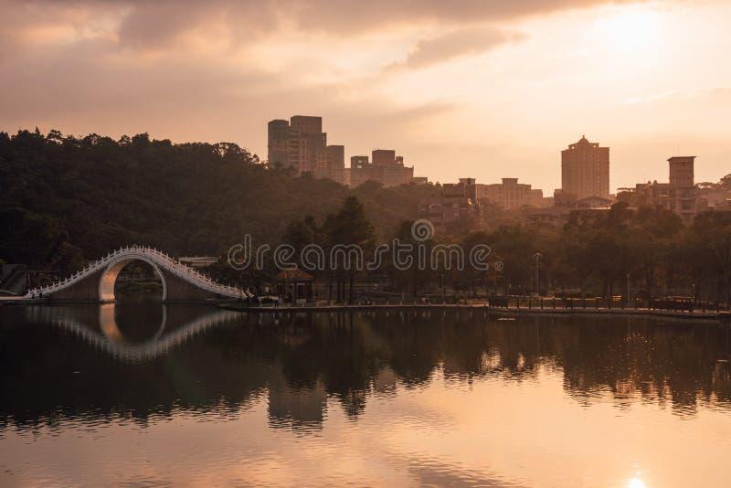 Zmierzch nad księżyc mostem w Dahu parku w Taipei, Tajwan obraz royalty free