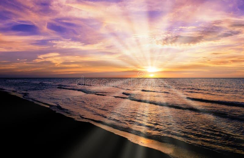 Zmierzch nad Kubańską plażą z widocznymi słońce promieniami obrazy royalty free